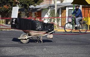 عکس/ رها کردن جسد یک کرونایی در خیابان