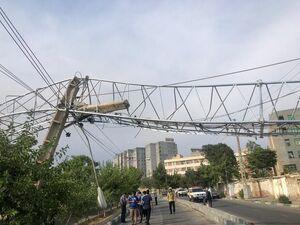 سقوط دکل مخابراتی در خیابان حکیمیه +عکس