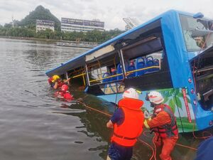 عکس/ سقوط مرگبار اتوبوس حامل دانشآموزان