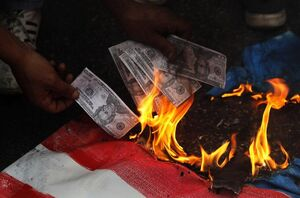آتش زدن دلار مقابل سفارت آمریکا