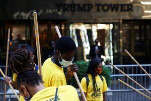 عکس/ خط و نشان معترضان مقابل برج ترامپ