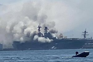 انفجار و آتش سوزی در ناو جنگی آمریکایی +عکس و فیلم