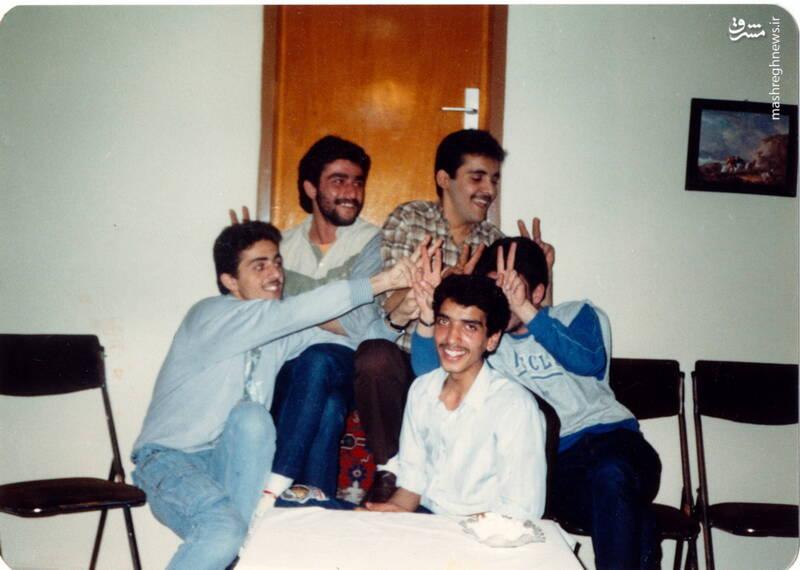 شهید عباس بخشی(با پیراهن سفید)