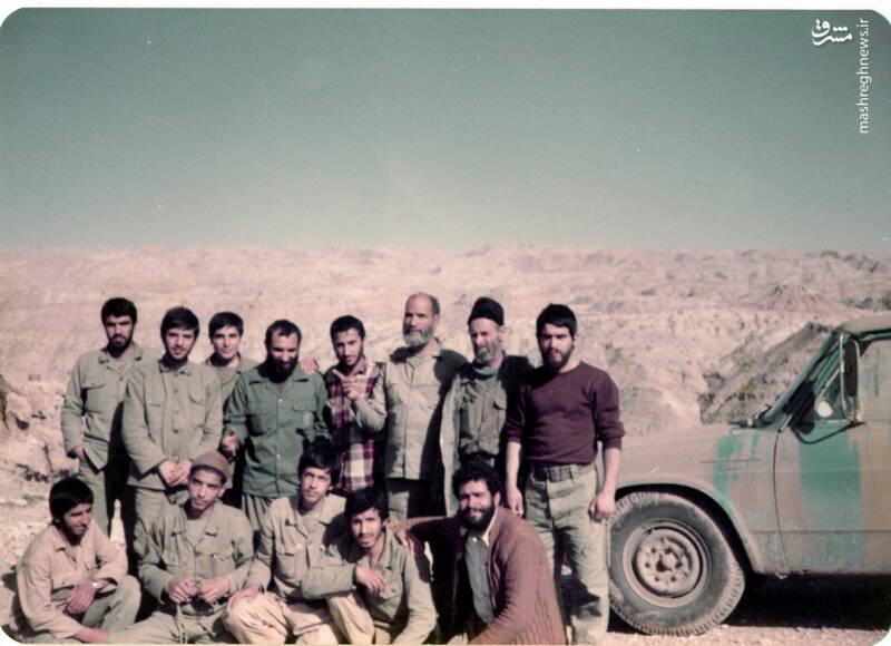 شهید عباس بخشی(نشسته، نفر دوم از چپ) و حاج بخشی(ایستاده، نفر سوم از راست)