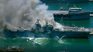 آتش سوزی در ناو هلیکوپتر آمریکایی