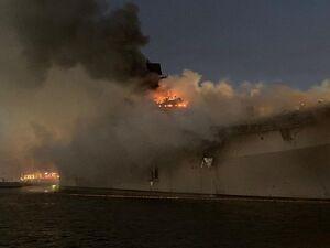 عکس/ ناو آمریکایی همچنان در آتش میسوزد