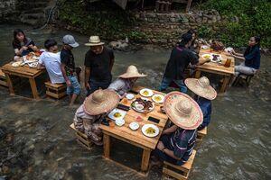 عکس/ غذا خوردن در وسط رودخانه