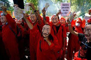 عکس/ لباس جالب معترضان اسپانیایی
