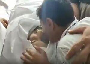 وداع سوزناک فرزند شهید جمال کریمی با پیکر مطهر پدرش