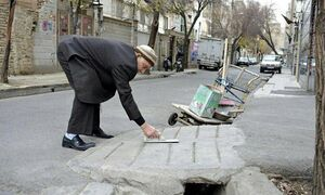 پیرمردی که برای مردم پل میساخت +عکس