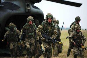 خروج نظامیان انگلیسی از پایگاهی در شمال بغداد