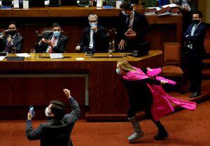 عکس/ شیوه عجیب اعتراض نماینده پارلمان شیلی
