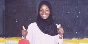 آموزش تنیس دختر محجبه اوگاندایی به کودکان محروم +عکس