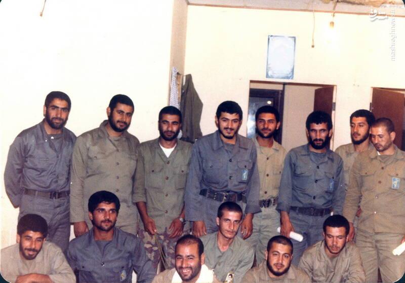 شهید محمدحسین ملکمحمدی(با چفیه سفید) در کنار شهید مهدی زین الدین