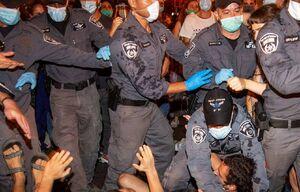 فیلم/ کوبیدن صندلی بر سر پلیس صهیونیست