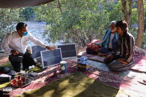 عکس/ راه اندازی پنل خورشیدی سیار برای عشایر