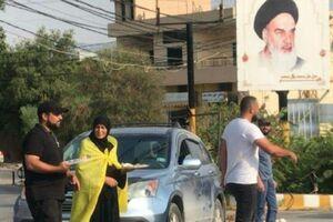 عکس/ پخش شیرینی توسط مادر شهید «علی محسن» در جنوب لبنان - کراپشده