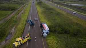 واژگونی کامیون بر اثر طوفان