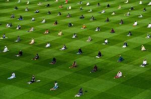 عکس/ اقامه نماز عیدقربان در استادیوم فوتبال