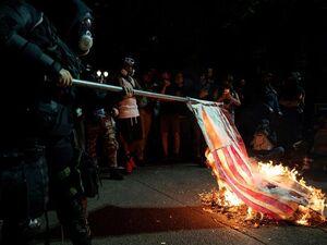 آتش زدن پرچم آمریکا در پورتلند