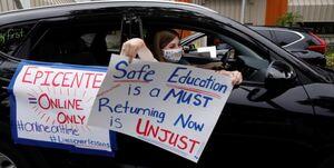عکس/ اعتراض معلمان آمریکایی به بازگشایی فیزیکی مدارس