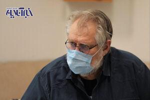 نادر طالب زاده بر روی تخت بیمارستان