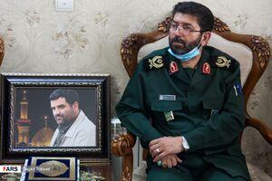 عکس/ حضور سردار حسنزاده در منزل شهید حبیبپور