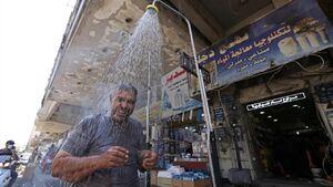 عکس/ دوش خیابانی برای مقابله با گرما