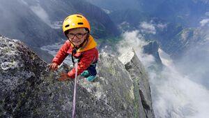 عکس/ صعود دو کودک به قله سه هزار متری