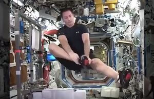 فیلم/ ورزش کردن فضانوردان در فضا