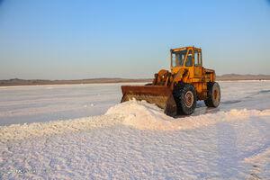 عکس/ برداشت نمک از دریاچه «حوض سلطان» قم