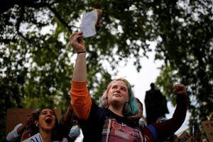 تجمع اعتراضی دانش آموزان در انگلیس
