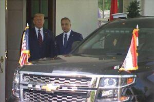عکس/ نخستوزیر عراق برای دیدار با ترامپ وارد کاخ سفید شد و مورد استقبال وی قرار گرفت. - کراپشده