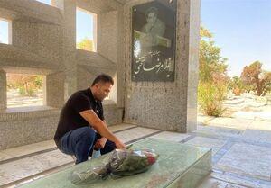 حضور حسن رحیمی بر سر مزار تختی +عکس