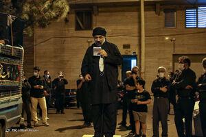 فیلم/ مداحی حاج محمود کریمی در ظهر تاسوعا در کورههای آجرپزی اطراف تهران