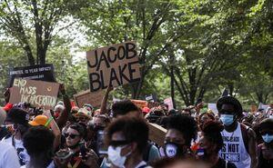 حمله پلیس با گاز فلفل به معترضان آمریکایی +فیلم
