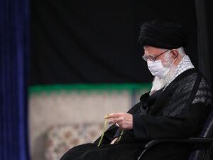 عکس/ رهبر انقلاب در حال قرائت زیارت نامه