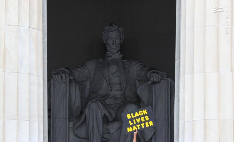 """پلاکارد """"زندگی سیاهان مهم است"""" در برابر بنای یادبود """"ابراهام لینکلن"""" شانزدهمین رئیس جمهمور آمریکا  که به خاطر پایان دادن به بردهداری در این کشور مشهور است/ عکس: رویترز"""