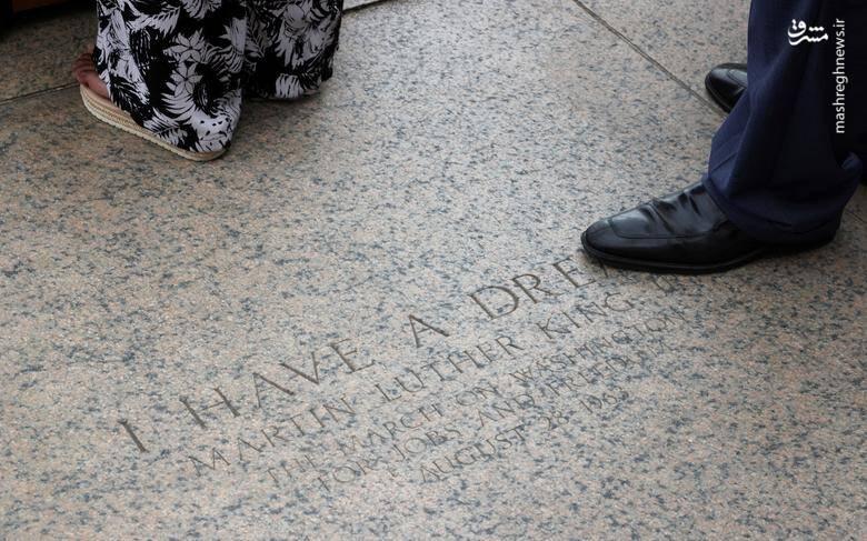 """""""یولاندا رنی کینگ"""" نوه مارتین لوتر کینگ و پدرش """"مارتین لوتر کینگ سوم""""  در جایی ایستادند که مارتین لوتر کینگ در 57 سال قبل سخنرانی تاریخی """"من رویایی دارم"""" را ایراد کرد/  عکس: رویترز"""