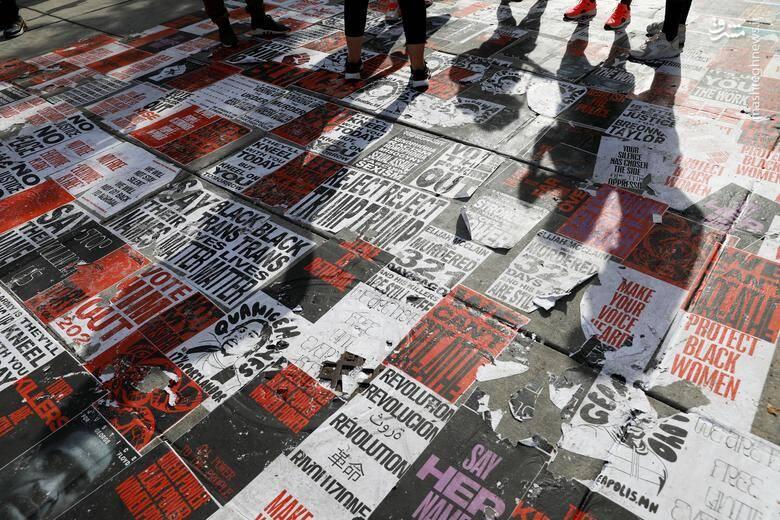 معترضان بالای سر دست نوشتهها و پلاکاردهای مربوط به زندگی سیاهان ایستاده است/ عکس: رویترز