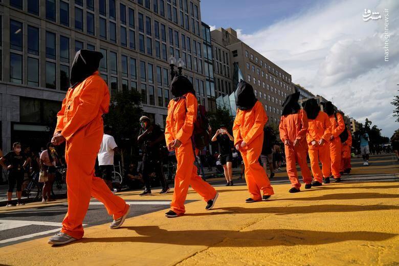 گروهی از معترضان به وضعیت معالجه زندانیان رنگین پوست در زندانها اعتراض کردند /عکس: رویترز