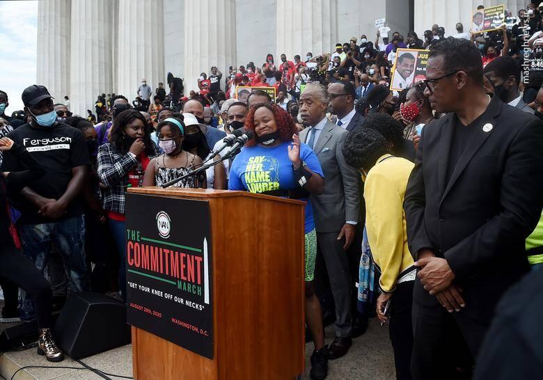 """""""ویتامیکا پالمر"""" مادر """"برونا تیلور"""" که اشتباها با شلیک پلیس در اپارتمانش کشته شد در حال سخنرانی در بنای یادبود """"ابراهام لینکلن"""" /عکس: رویترز"""