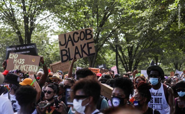 """برخی از معترضان با دستنوشتههای """"جیکوب بلید"""" در تظاهرات / عکس: رویترز"""