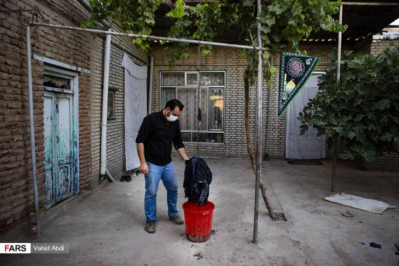 نفت اندود کردن پولکه ساعاتی قبل از آتش زدن آن  -آئین مذهبی پولکه پرانی