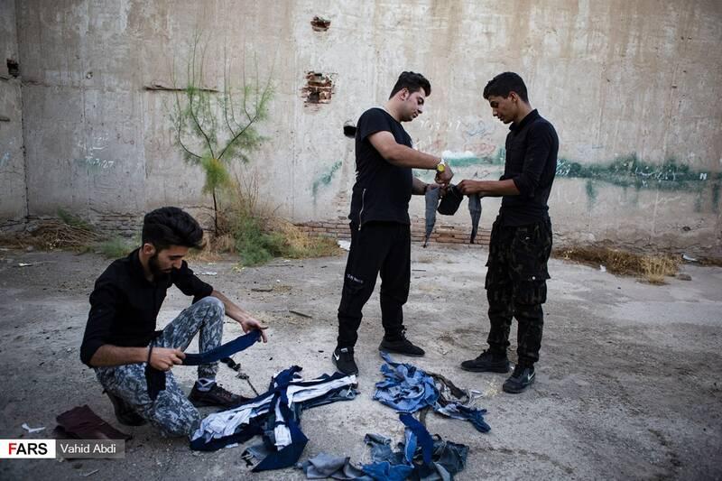 برش و دسته کردن پارچه -آئین مذهبی پولکه پرانی