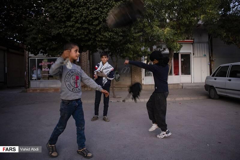 کودکان با شور و شوق خاصی در حال تمرین  -آئین مذهبی پولکه پرانی