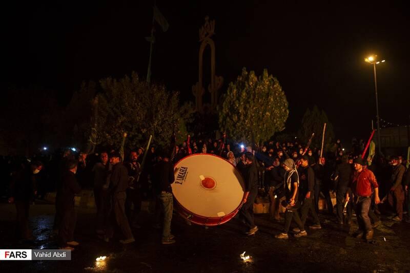 در میدان تعدادی از افرادمشغول به عزاداری سنتی »شاخسی« هستند-آئین مذهبی پولکه پرانی