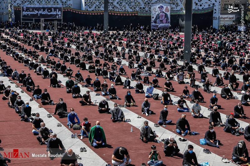 نماز ظهر عاشورا همزمان با سراسر کشور در میدان امام حسین (ع) تهران اقامه شد.