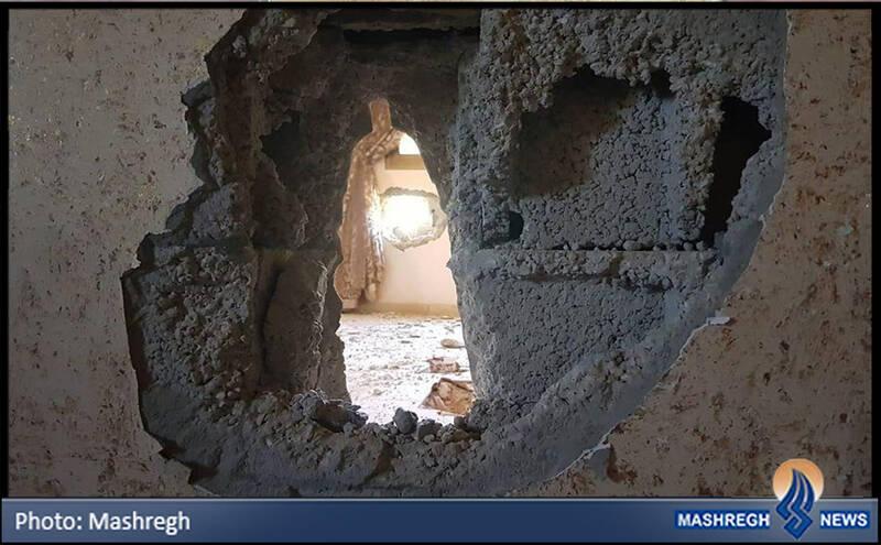 دو سوراخی که توسط گلوله توپ در خانه ایجاد شده
