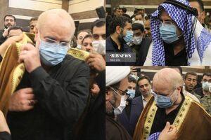 عکس/ ادای احترام رییس مجلس به عبا، چفیه، اعگال عریی